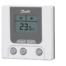 Программируемый комнатный термостат для применения в 2-х трубных системах фэнкойлов. Включает в себя большой LCD дисплей, на котором отображаются температуры, заданная и текущая, состояние термостата и скорость вентилятора